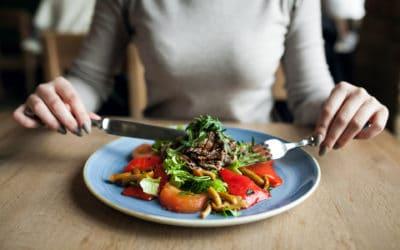 Mangiare lentamente: i trucchi per rilassarsi a tavola